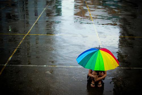 雨中打伞唯美图片 雨中打伞唯美意境图片 情侣雨中打伞唯美背影