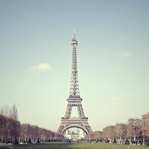 巴黎埃菲尔铁塔唯美图片 埃菲尔铁塔下的爱 高清图片